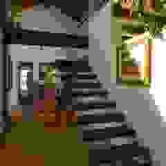 راهرو سبک روستایی، راهرو و پله ها توسط Carmen Saraiva Arquitetura راستیک (روستایی)