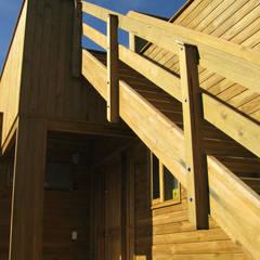 Casa cubica madera: Pasillos y vestíbulos de estilo  por Taller de Ensamble SAS, Moderno Madera Acabado en madera
