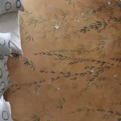 Bamboo forest: Camera da letto in stile in stile Asiatico di Roberto Bricchi