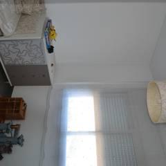 dormitorio: Habitaciones de bebé de estilo  de Mireia Cid