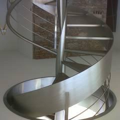 Escalera de Acero Inoxidable y Vidrio.: Pasillos y recibidores de estilo  por sumaestructuras.com,Clásico Hierro/Acero