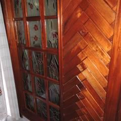 División de habitación en madera y con vitrales.: Estudios y oficinas de estilo rústico por La Casa del Diseño