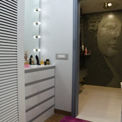 Dressing room- Apartment on Golf course extension road, Gurugram:  Dressing room by The Workroom