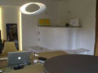 Wandputz: weißer Lehm: moderne Arbeitszimmer von Büro für Grafik und Innnenarchitektur