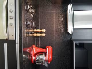 COZINHA BLACK: Cozinhas  por DANIELE ROVEROTTO | ARQUITETURA