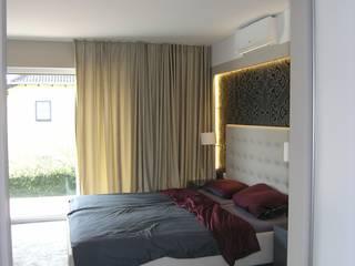 Bett Mit Lederkopfteil  Wandgestaltung mit Tapete und Licht Deckenabhängung mit integrierten Sternenlichtern aus Gips:   von heyden-design