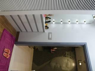 Vestidores y placares de estilo moderno de The Workroom Moderno