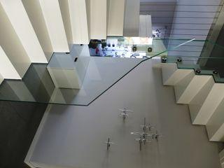 lifestyle-treppen.de Modern corridor, hallway & stairs Wood White