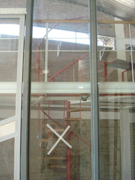 verticalidad espacial Estudios y oficinas modernos de CRISTINA FORNO Moderno Metal