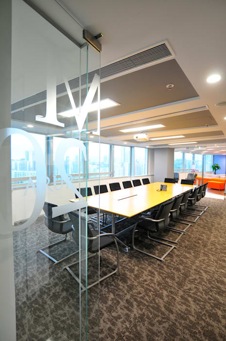 Conference Room:  Offices & stores by FINGO DESIGN & ASSOCIATES LTD., Minimalist