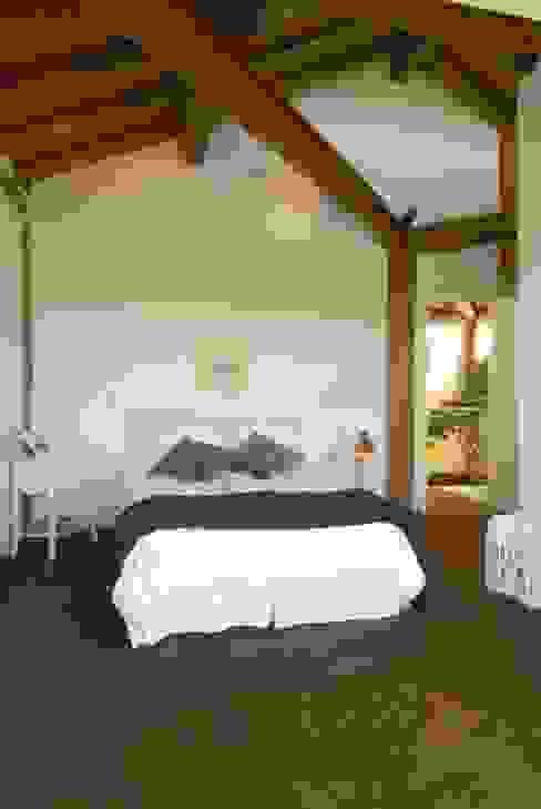 Спальня в рустикальном стиле от Carmen Saraiva Arquitetura Рустикальный