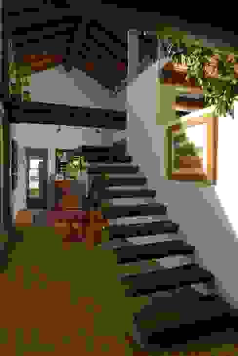 鄉村風格的走廊,走廊和樓梯 根據 Carmen Saraiva Arquitetura 田園風