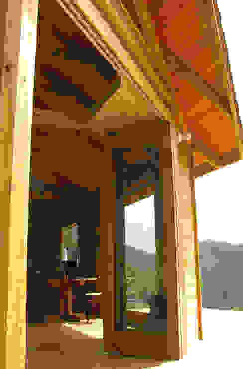 Puertas y ventanas de estilo moderno de Taller de Ensamble SAS Moderno Madera Acabado en madera