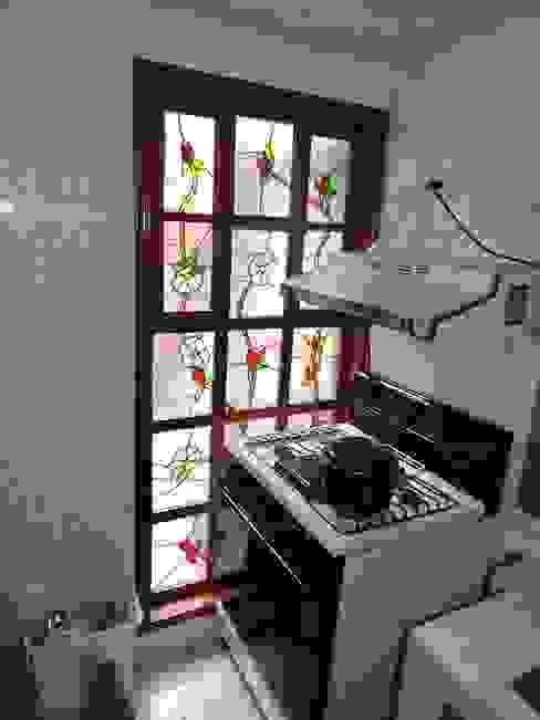 Ventana con soportes de madera y Vitrales (Diseño único). La Casa del Diseño Puertas y ventanas de estilo rústico Vidrio