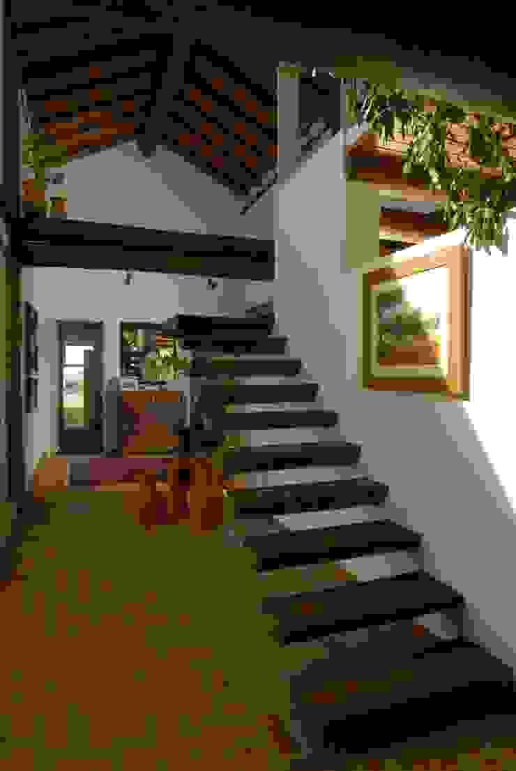 Pasillos, vestíbulos y escaleras de estilo rústico de Carmen Saraiva Arquitetura Rústico