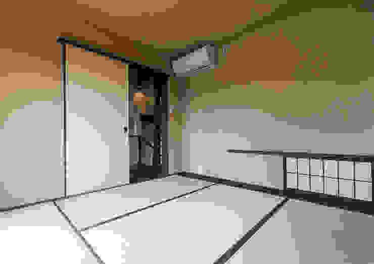 スキップフロアを使った大家族の家/みんなの家 和風の 寝室 の 森村厚建築設計事務所 和風 木 木目調
