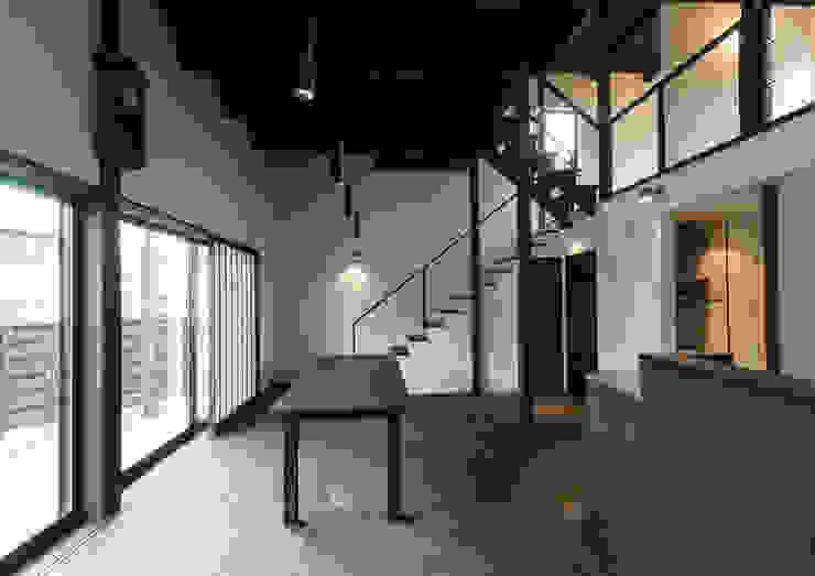 スキップフロアを使った大家族の家/みんなの家 和風デザインの リビング の 森村厚建築設計事務所 和風 木 木目調