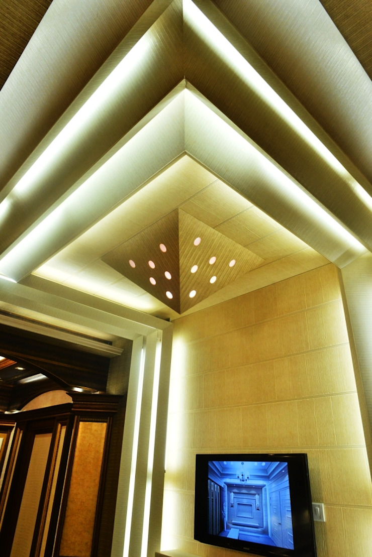 Back lighted Ceiling: colonial  by MARIA DECOR,Colonial