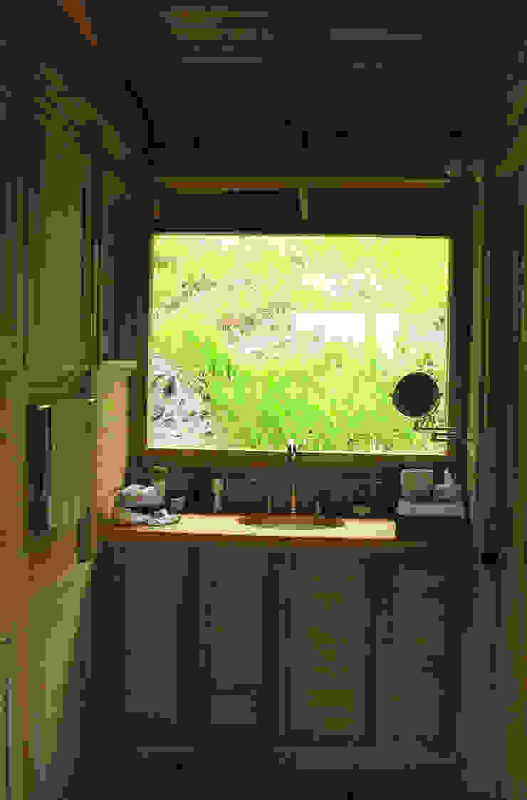 Banheiros modernos por Taller de Ensamble SAS Moderno Madeira Efeito de madeira