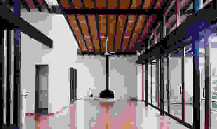 リビングルーム: 株式会社ラウムアソシエイツ一級建築士事務所が手掛けたリビングです。