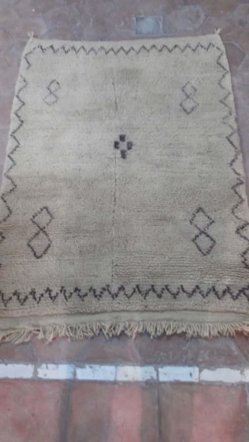 Beni Ourain vintage carpet: mediterranean Bedroom by Africancreates