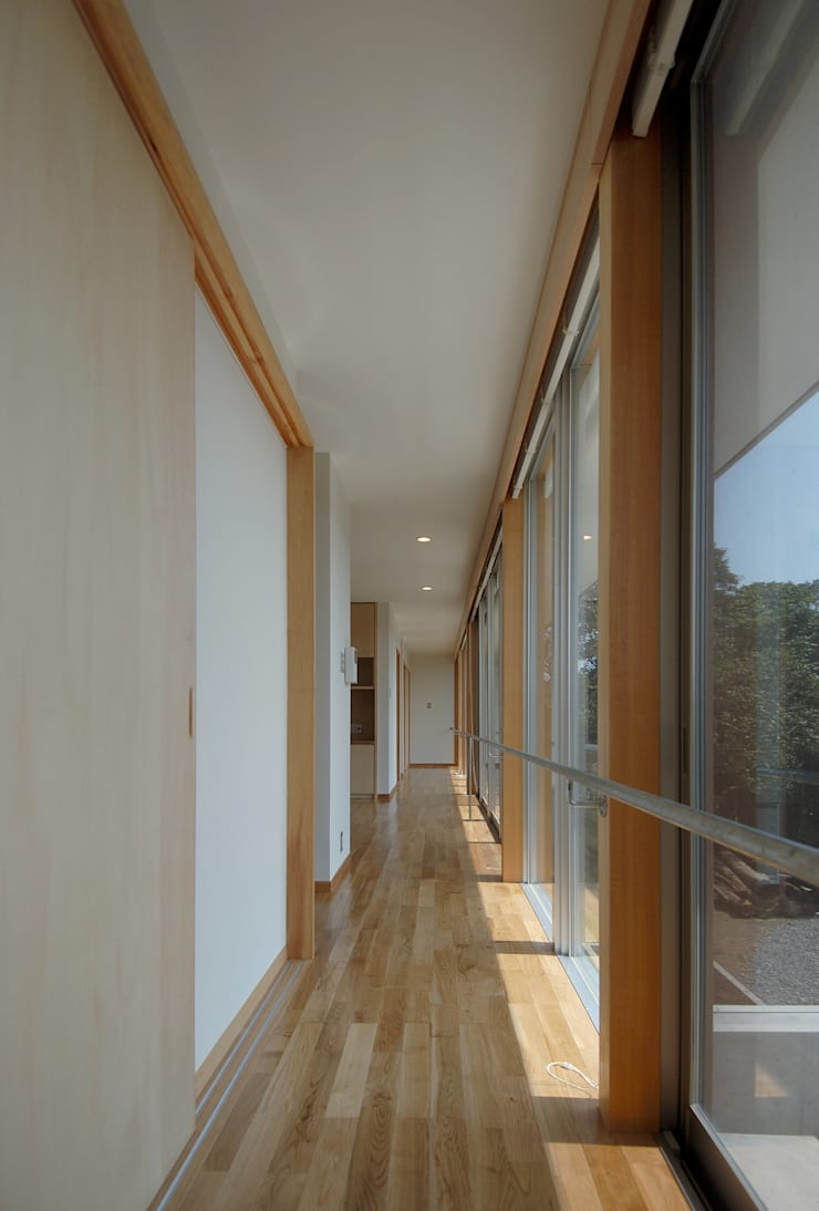 Modern Corridor, Hallway and Staircase by 長谷雄聖建築設計事務所 Modern
