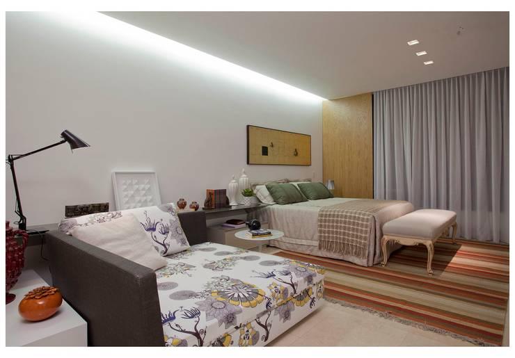 Recámaras de estilo moderno por ANDRÉ BRANDÃO + MÁRCIA VARIZO arquitetura e interiores