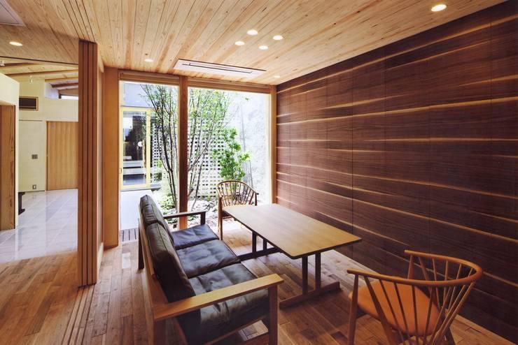 高殿の家: 一級建築士事務所 有限会社NEOGEO(ネオジオ)が手掛けたリビングです。