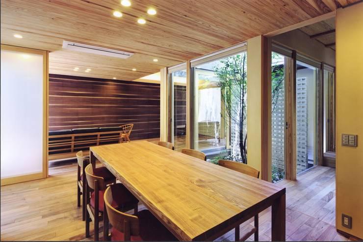 高殿の家: 一級建築士事務所 有限会社NEOGEO(ネオジオ)が手掛けたダイニングです。