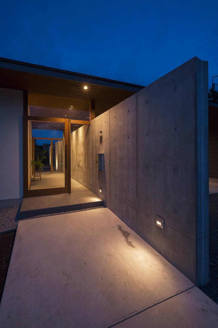 Corridor & hallway by ATELIER N,