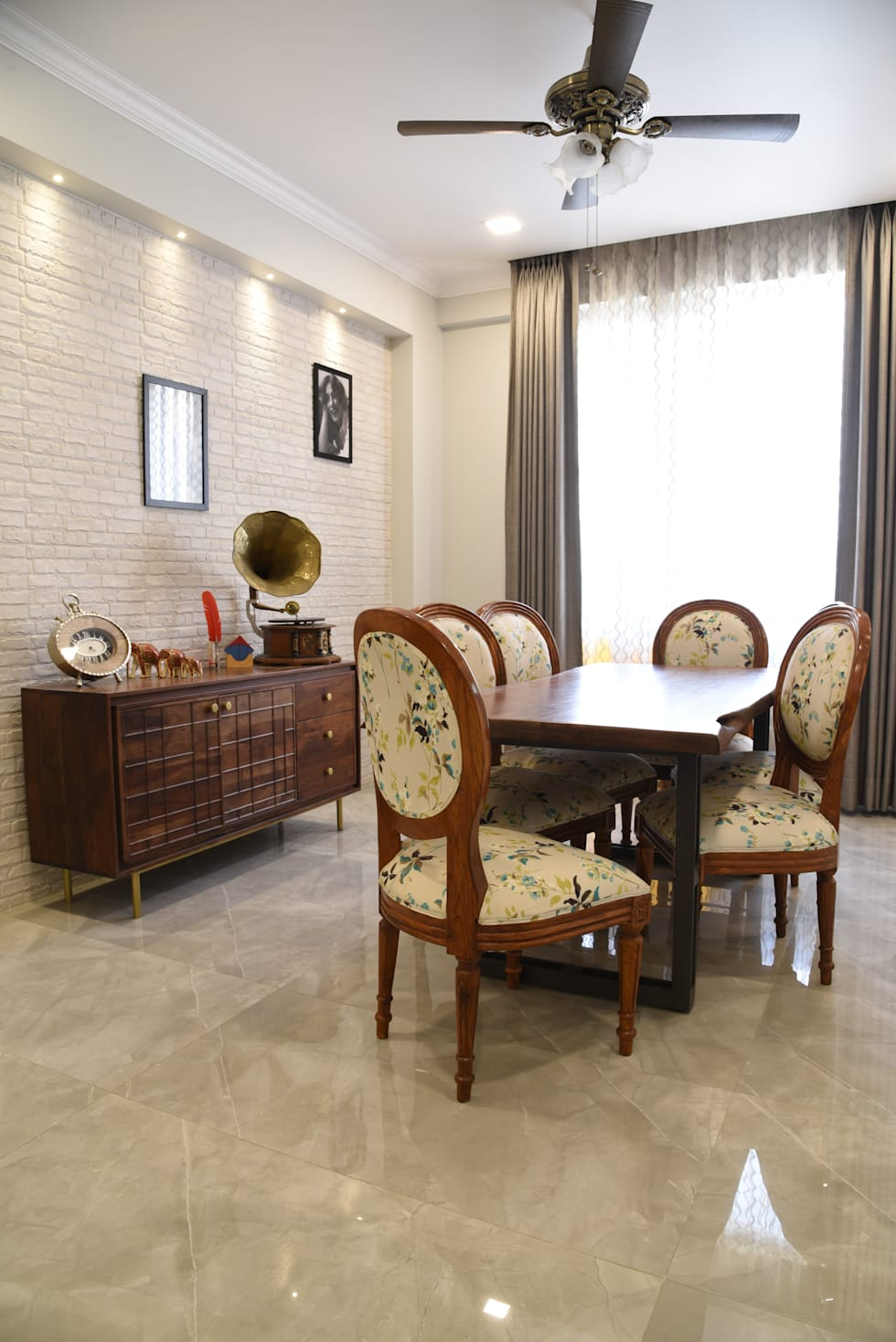 Dining room- Apartment on Golf course extension road, Gurugram:  Dining room by The Workroom