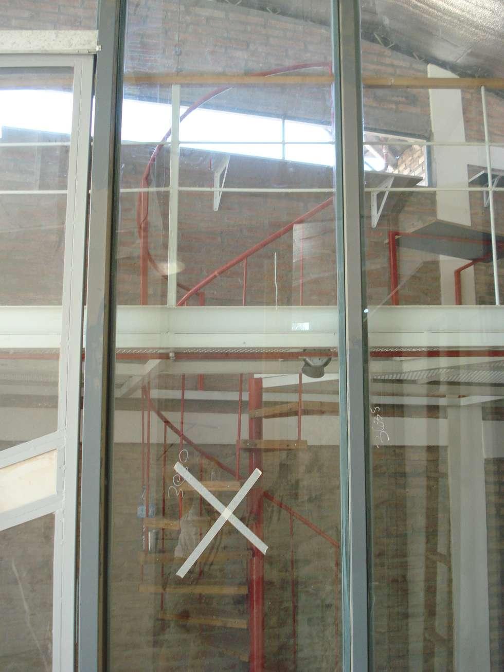 verticalidad espacial: Estudios y oficinas de estilo moderno por CRISTINA FORNO