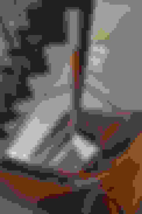 階段とステンドグラス.*: 株式会社 盛匠が手掛けた廊下 & 玄関です。