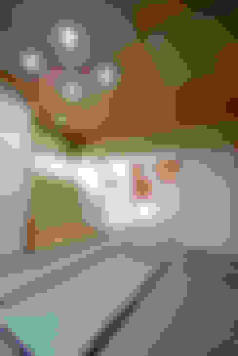 Salas de entretenimiento de estilo  por アトリエ イデ 一級建築士事務所