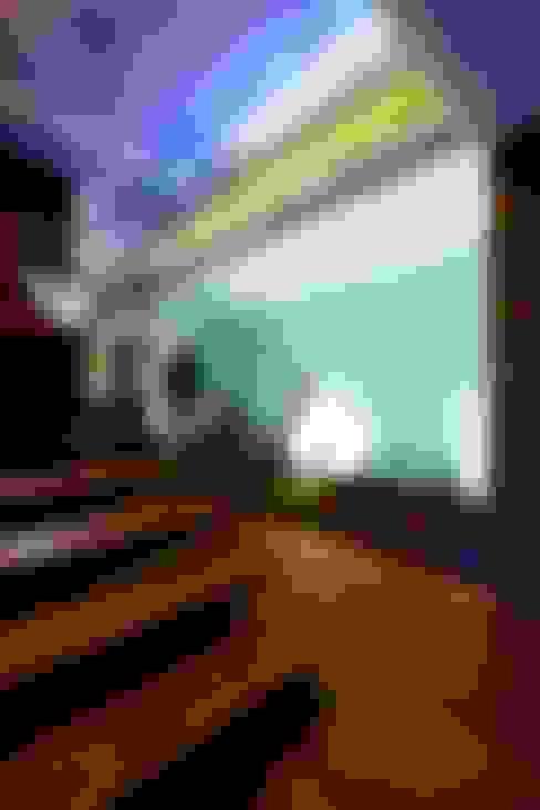 Couloir et hall d'entrée de style  par Risco Singular - Arquitectura Lda