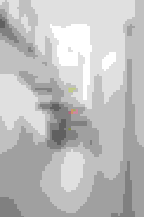 Corridor & hallway by in_design architektur