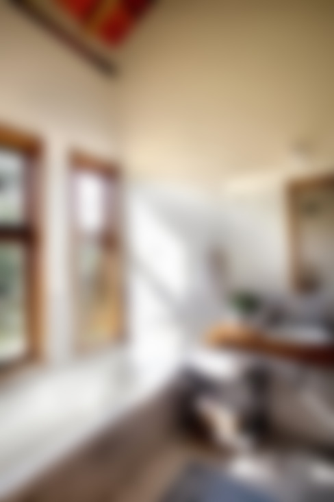 บ้านและที่อยู่อาศัย by Bianka Mugnatto Design de Interiores