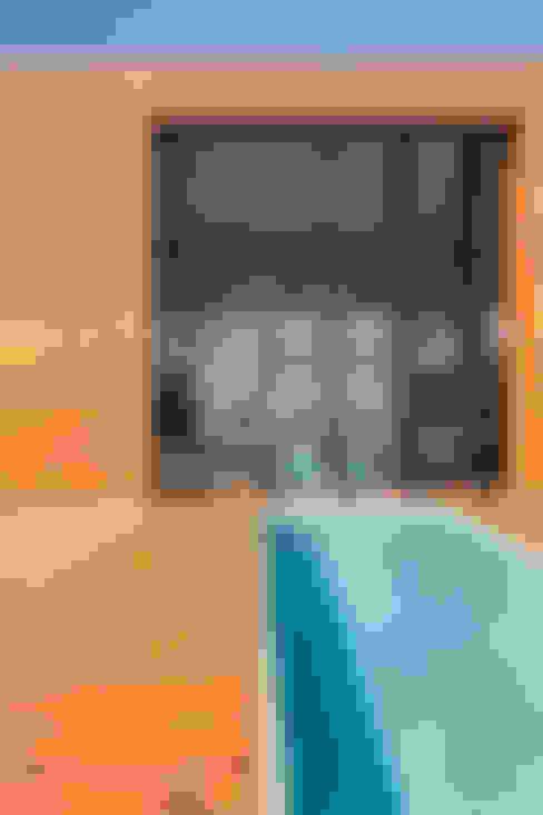 LA HOUSE : Piscinas  por STUDIO GUILHERME TORRES