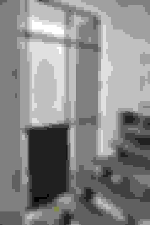 Pasillos y recibidores de estilo  por REM Arquitectos