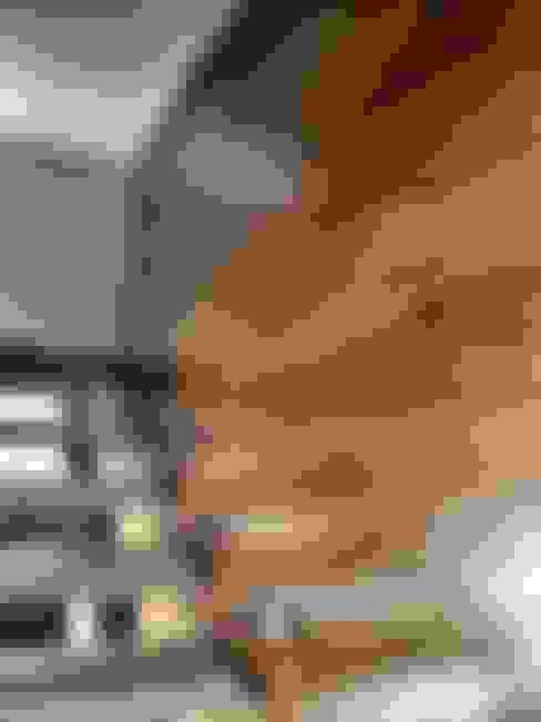 Pasillos, vestíbulos y escaleras  de estilo  por REM Arquitectos