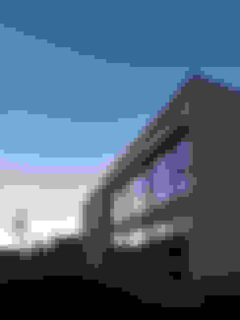 或る住宅地のヴィラ: MooS/ムースが手掛けた家です。
