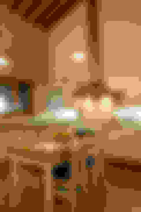 Serra Negra: Cozinhas  por Tikkanen arquitetura