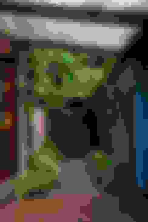 Pasillos y hall de entrada de estilo  por Ferraro Habitat