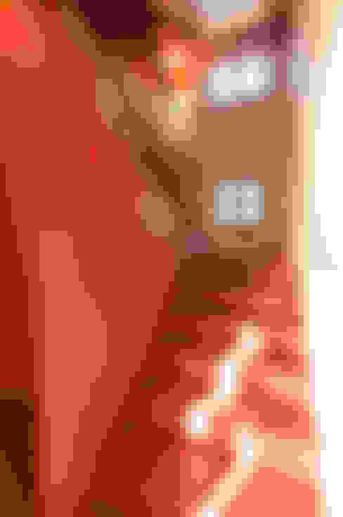 62 - Scala - Finitura in cemento colorato a spolvero: Pareti in stile  di Studio Athesis