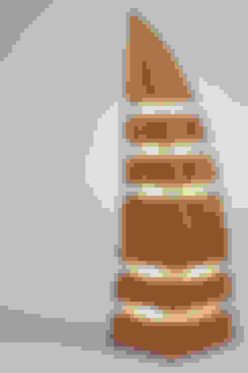 Leuchtturm :  Living room by Thomas Wilson Furniture