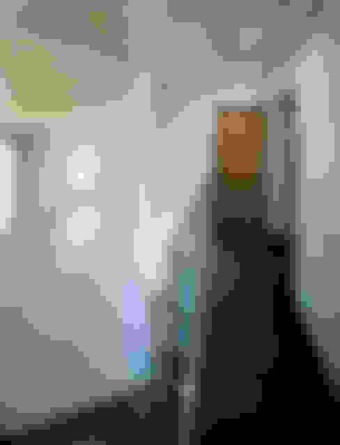 Pasillos y recibidores de estilo  por atelier m