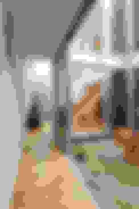 Corridor, hallway by 岡村泰之建築設計事務所
