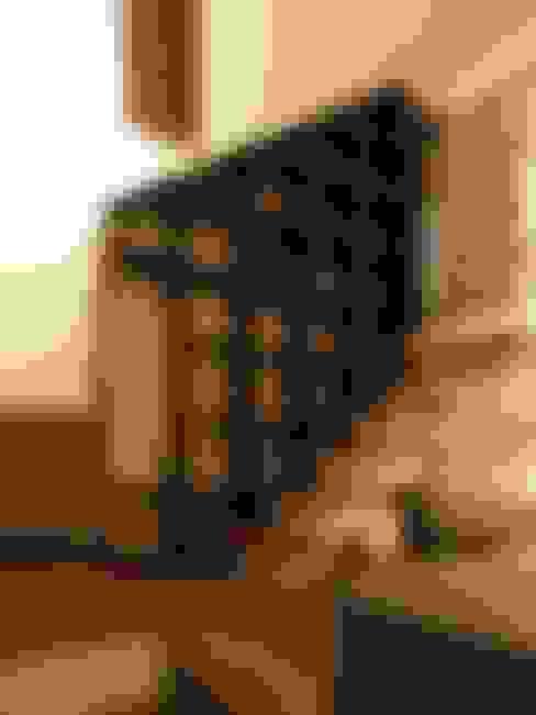 中二階が繋ぐ家: 富谷洋介建築設計が手掛けた廊下 & 玄関です。