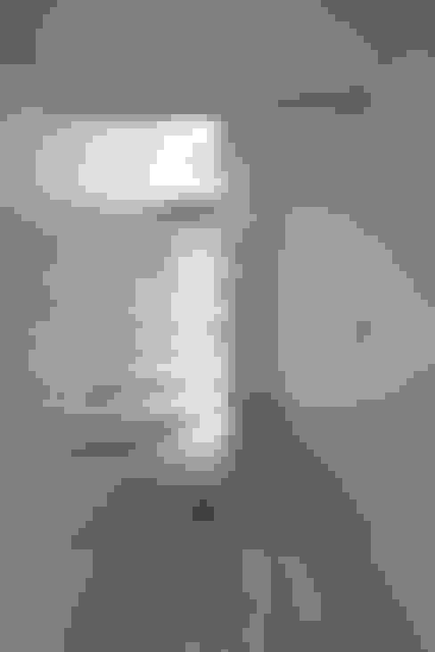 公園の家: another APARTMENT LTD. / アナザーアパートメントが手掛けた廊下 & 玄関です。