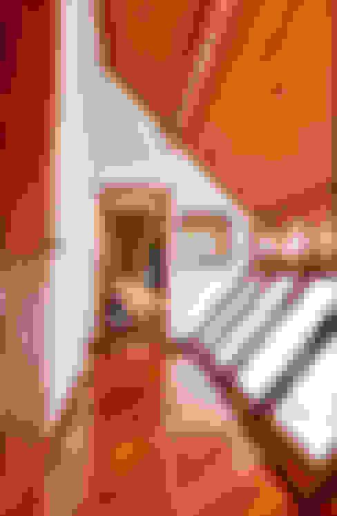 PROJETO ARQUITETÔNICO FACHADA E INTERIOR DA RESIDÊNCIA PRUNER  (Fotos: Lio Simas): Corredores e halls de entrada  por ArchDesign STUDIO